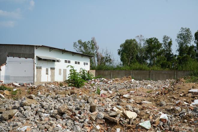Nhiều căn nhà đập bỏ để chuyển đi nơi khác sinh sống sau khi được đền bù.